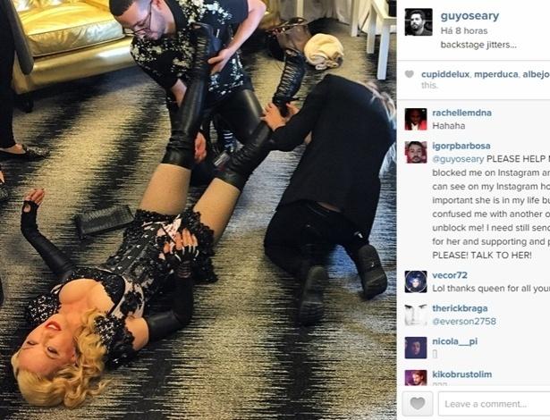Preparando-se para o Grammy, Madonna precisou da ajuda de dois assistentes para calçar sua bota Givenchy - Reprodução/Instagram/@guyoseary