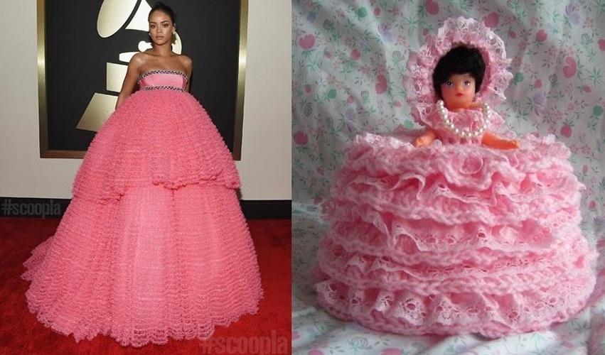 Rihanna foi comparada a uma boneca que, assim como ela, também tinha um vestido rosa bem grande
