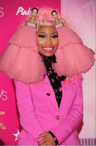 Sobrou até para Nicki Minaj, que teve suas madeixas - que já foram cor de rosa - substituídas por duas Rihannas, uma em cada lado