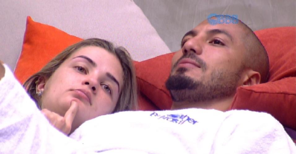 10.fev.2015 - Aline e Fernando conversam sobre paredão