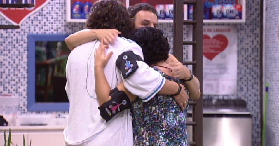 10.fev.2015 - Adrilles, Mariza e Marco se abraçam após uma conversa que parece ter dado fim a qualquer problema entre o poeta e professora