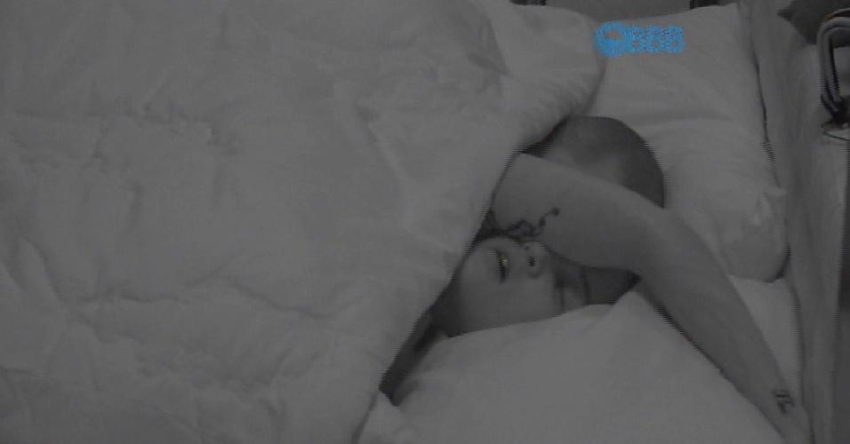 10.fev.2015 - Aline e Fernando trocam carícias debaixo do edredom no quarto azul