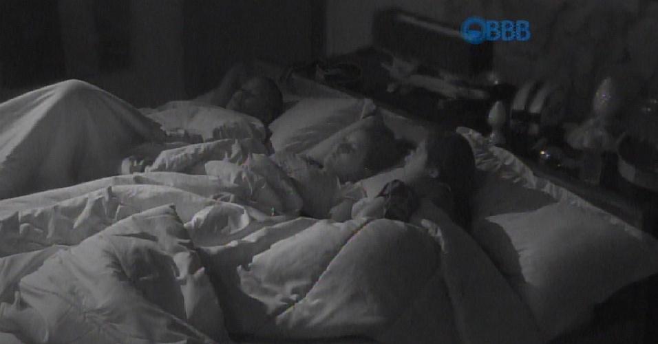 10.fev.2015 - Amanda, Angélica e Tamires demoram a pegar no sono e ficam assistindo aos outros brothers nas televisões do quarto do líder