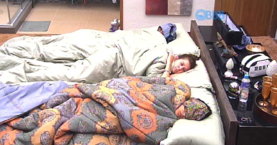 10.fev.2015 - Ao voltar para a cama de Amanda, na cama do Quarto do Líder, Tamires comenta uma conversa que teve com Cézar.