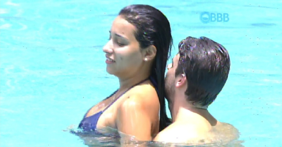 10.fev.2015 - Depois de tentar morder Talita, Rafael abraça a aeromoça na piscina