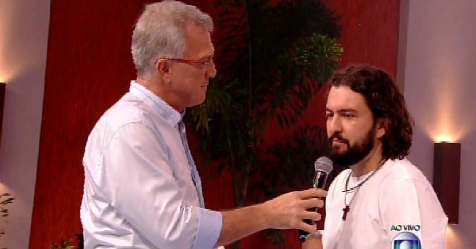 """10.fev.2015 - Eliminado do """"BBB15"""", Marco fala com o apresentador Pedro Bial"""