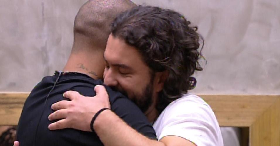 10.fev.2015 - Eliminado, Marco abraça Fernando ao saber que deveria sair da casa