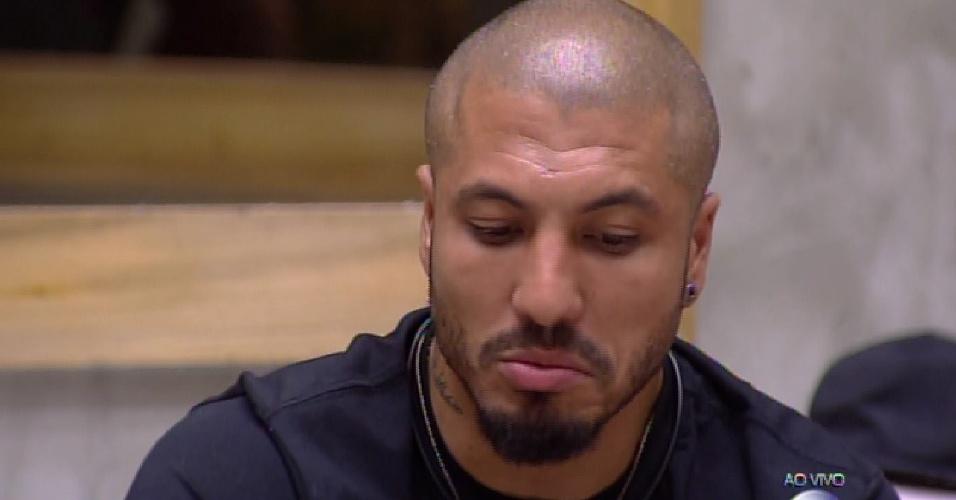 10.fev.2015 - Emparedado, Fernando faz primeiro contato com Pedro Bial em noite de eliminação