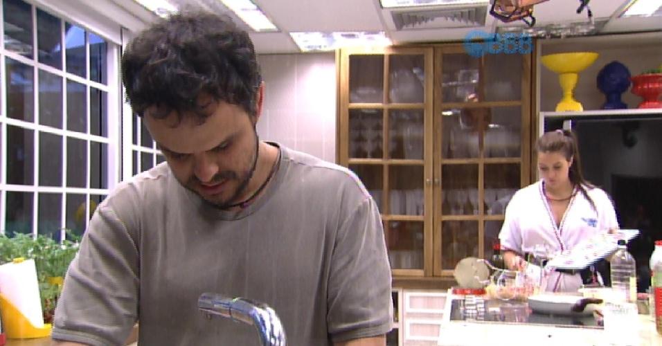 10.fev.2015 - Enquanto Tamires prepara comida, Adrilles lava a louça em silêncio