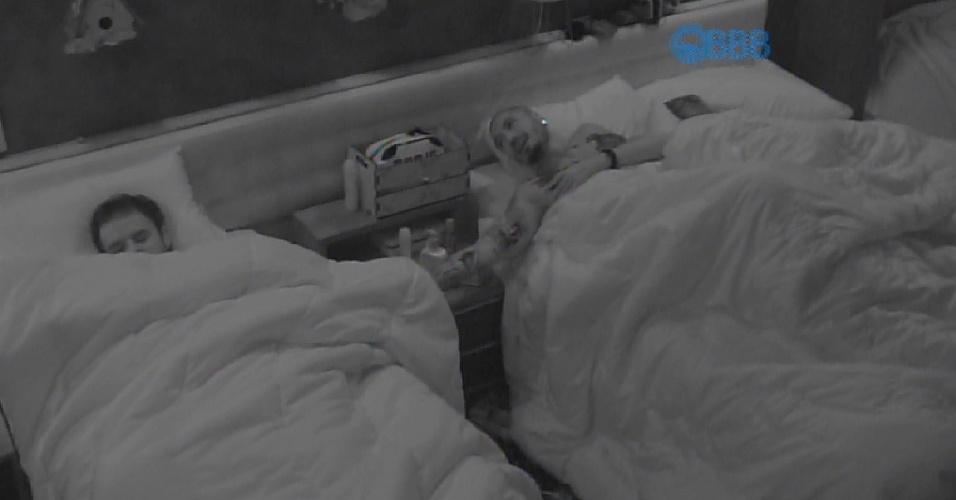 10.fev.2015 - Fernando não consegue dormir incomodado com o ronco de Adrilles e acorda o poeta para tentar diminuir o barulho