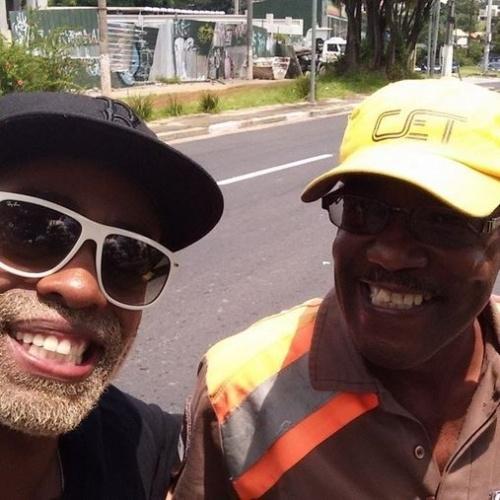 """10.fev.2015 - Fora do """"BBB15"""", carro de Douglas quebra e ele elogia o trabalho do agente da CET"""