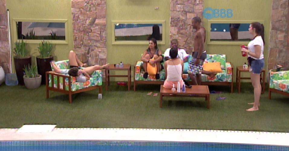 """10.fev.2015 - Grupo conversa ao lado da piscina e Tamires pede ajuda para Luan: """"Não quero ir sozinha ir beber água"""""""