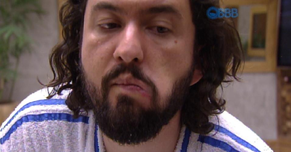 10.fev.2015 - Marco, um dos emparedados da semana, acorda na manhã desta terça-feira e fica preocupado com uma ferida que apareceu na região da boca