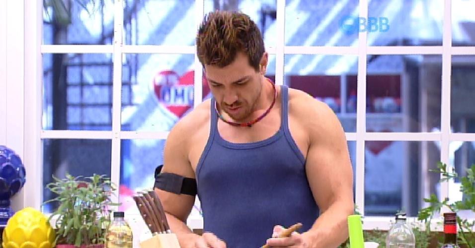 10.fev.2015 - Mariza diz para Cézar que ele é muito forte, mas não apenas de músculos, e sim de força de vontade