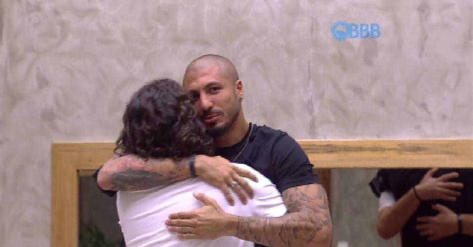 """10.fev.2015 - No paredão, Fernando e Marco se abraçam e prometem se encontrar fora da casa do """"BBB15"""""""