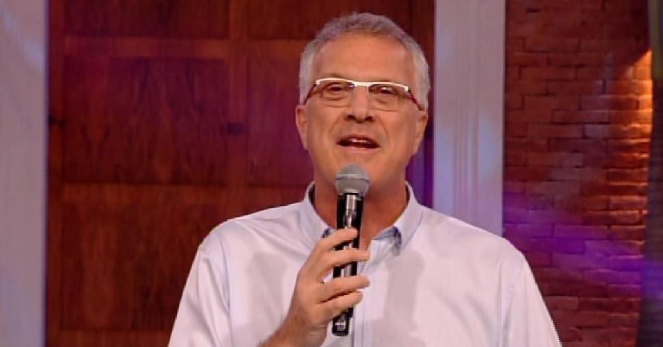 """10.fev.2015 - Pedro Bial conta para os brothers sobre o tema do programa """"Profissão Repórter"""""""