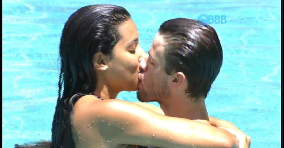 10.fev.2015 - Rafael e Talita namoram na piscina do