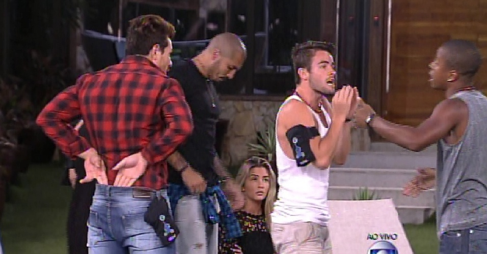 10.fev.2015 - Separado por Rafael, Luan discute com Fernando apos eliminação de Marco
