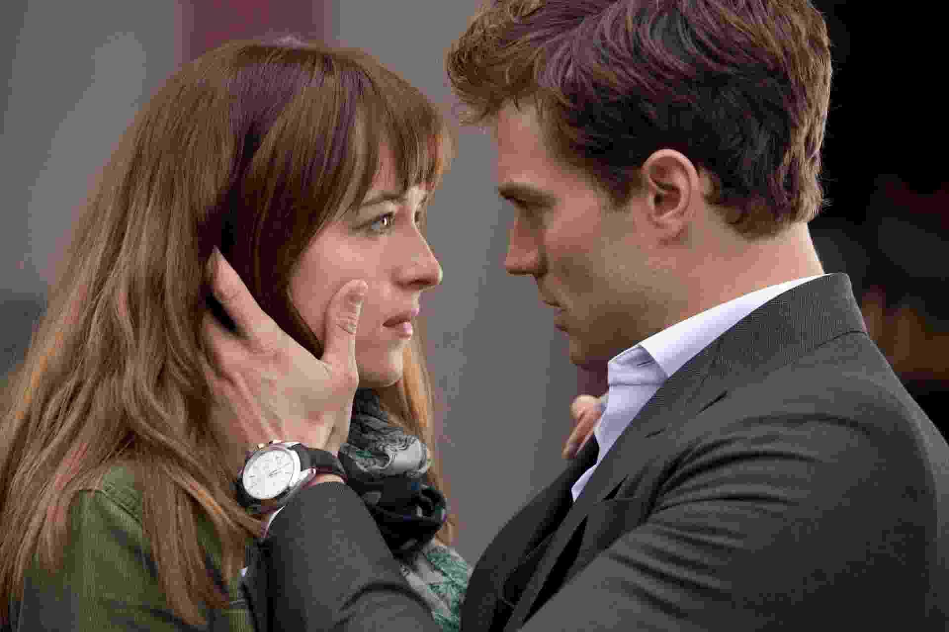 """Anastasia Steele (Dakota Johnson) e Christian Grey (Jamie Dornan) em cena romântica de """"Cinquenta Tons de Cinza"""" - Divulgação"""