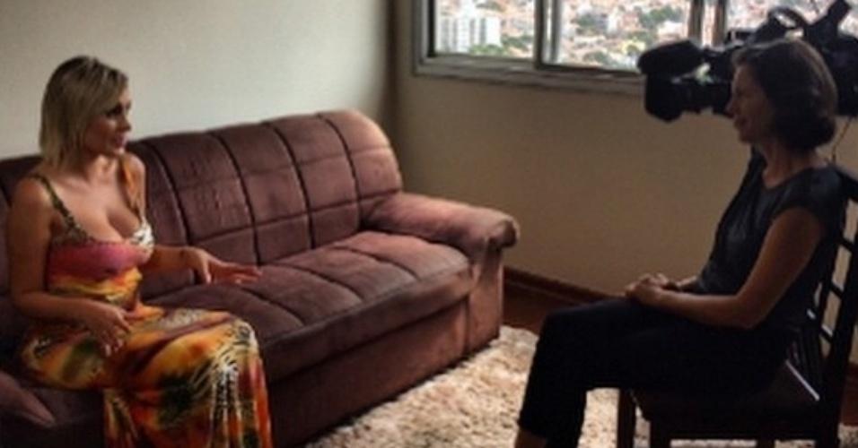 Andressa Urach dá entrevista para a CNN