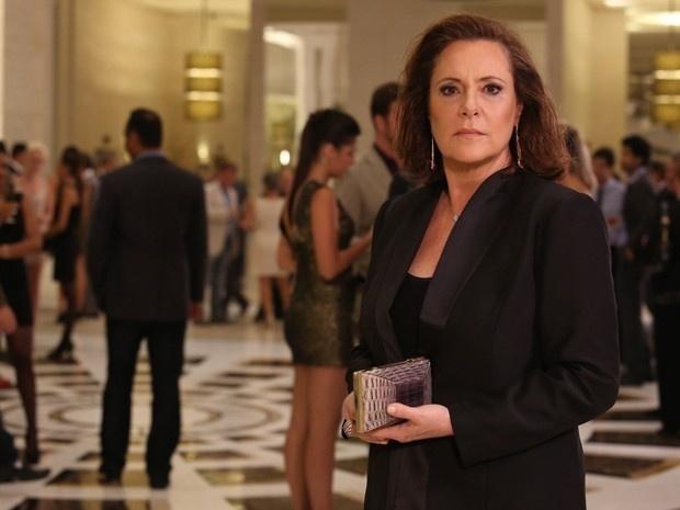 Arrumada e vestida como uma dama da alta sociedade, a dona de casa Tina (Elizabeth Savalla) é flagrada num evento em São Paulo e é colocada contra a parede para revelar seu segredo