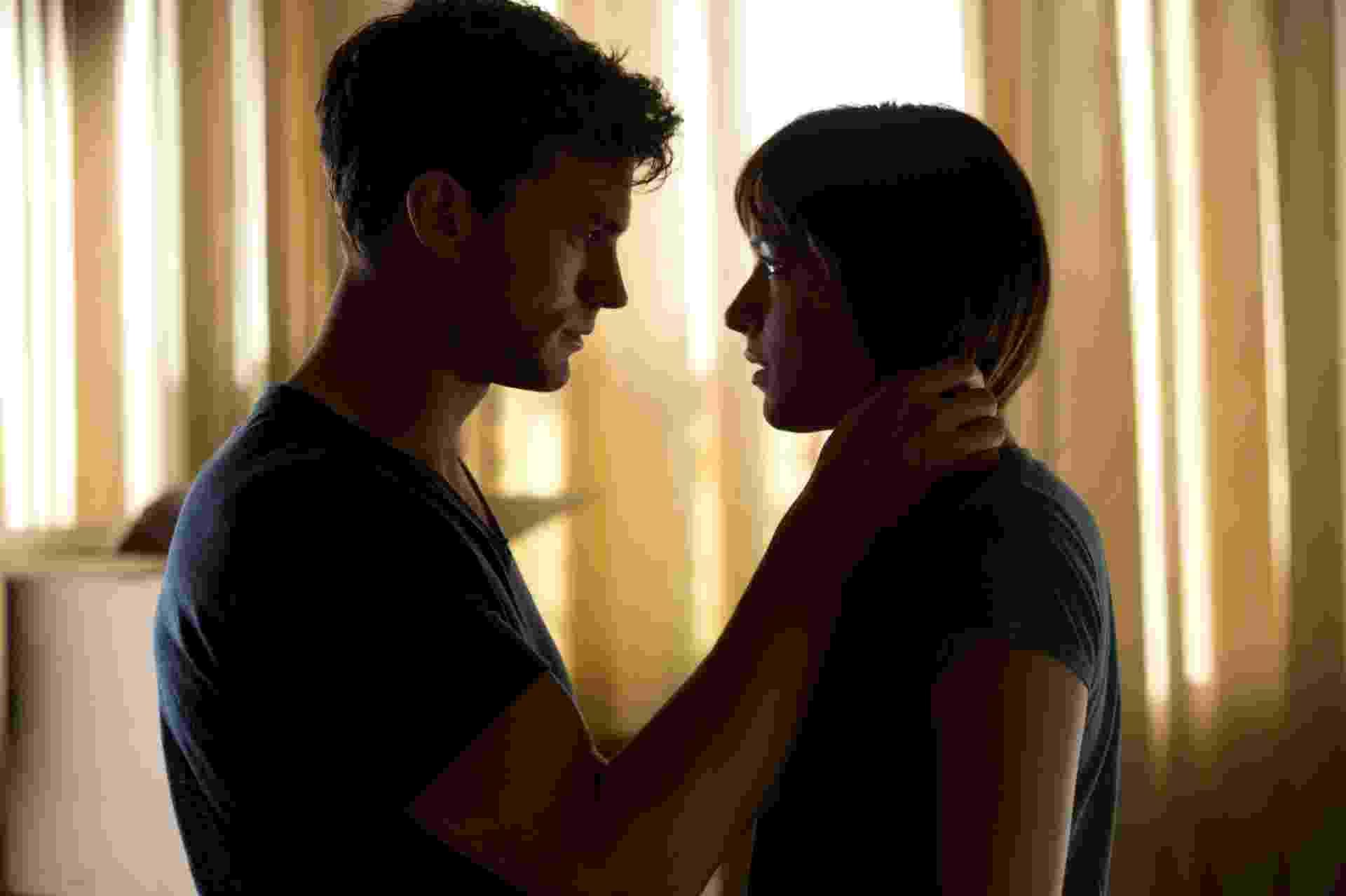 """Jamie Dornan e Dakota Johnson em cena de """"Cinquenta Tons de Cinza"""" - Divulgação"""