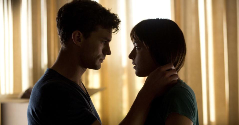 """Jamie Dornan e Dakota Johnson em cena de """"Cinquenta Tons de Cinza"""""""