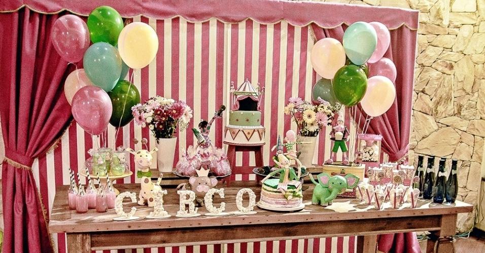 Os palhaços feitos de papel marchê, da Fêtes Locações Criativas (www.facebook.com/feteslocacoescriativas), foram as estrelas da decoração desse aniversário de um ano com tema circo