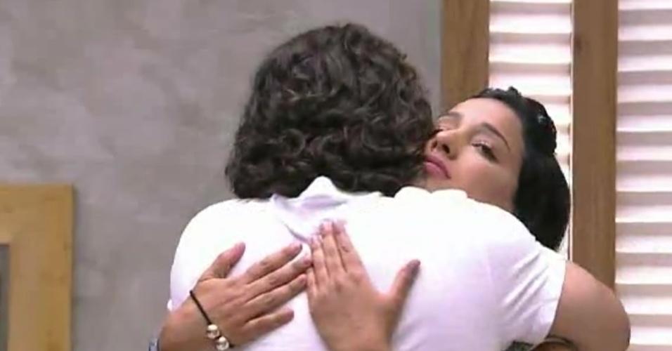 """10.fev.2015 - Marco surpreende Talita após ser eliminado e abraça a aeromoça antes de deixar a casa do """"BBB15"""""""