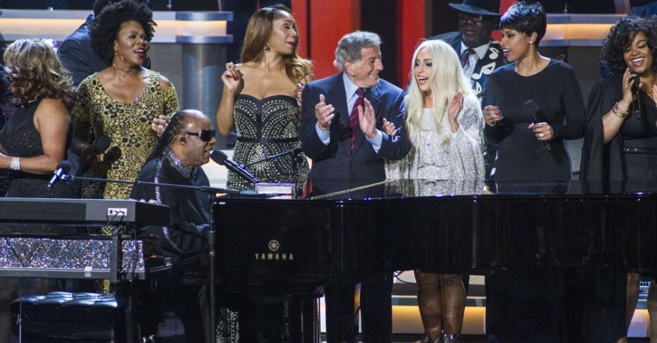 10.fev.2015 - Stevie Wonder (à esq,, no piano) se junta à filha Aisha, Tony Bennett, Lady Gaga e Jennifer Hudson (da esq. para a dir.), no encerramento do show