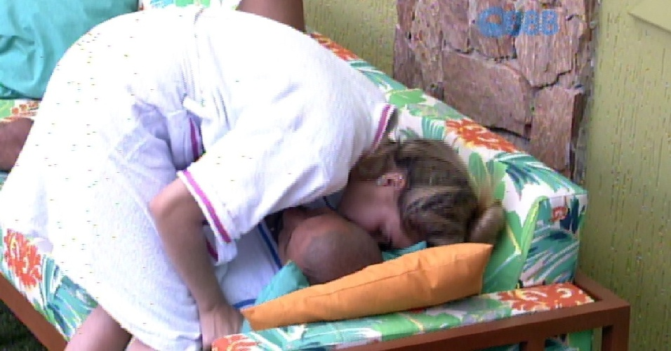 11.fev.2015 - Aline acorda Fernando com beijo
