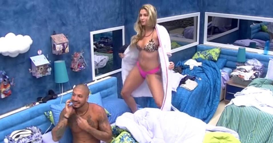 """11.fev.2015 - Aline começa a fazer striptease para Fernando, mas logo para: """"Só que não"""""""
