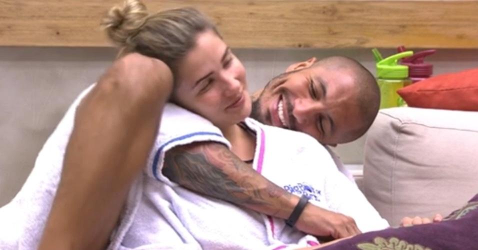 """11.fev.2015 - Aline e Fernando planejam ir juntos para a final do """"BBB15"""": """"Nossas famílias vão se conhecer"""""""