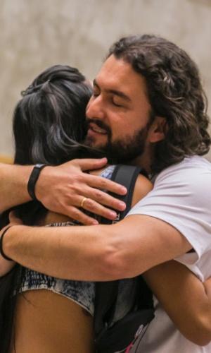 """11.fev.2015 - Após ser eliminado do """"BBB15"""", Marco abraça Talita e diz que as brigas acabam ali"""