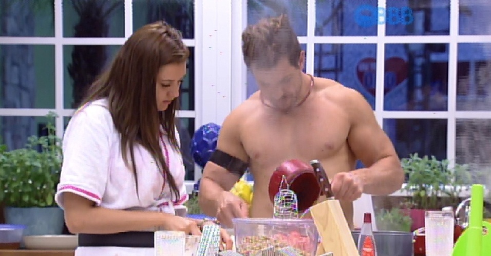 11.fev.2015 - Cézar e Tamires preparam almoço
