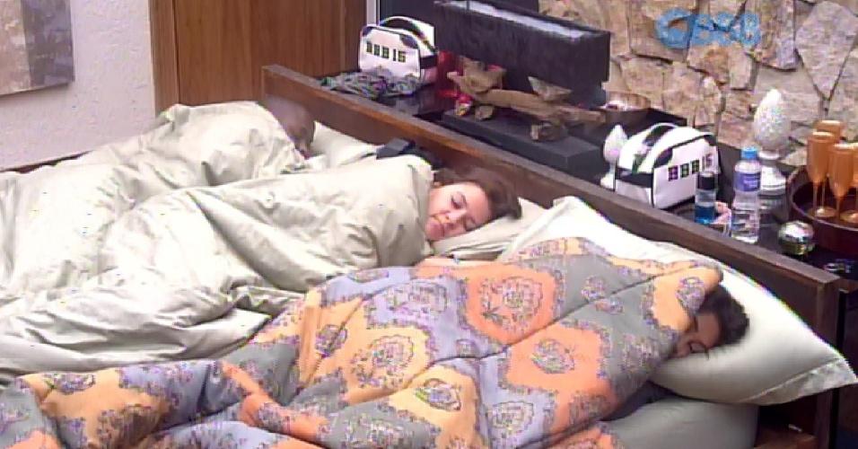 11.fev.2015 - Deitadas na cama, Angélica, Tamires e Amanda criticam Fernando