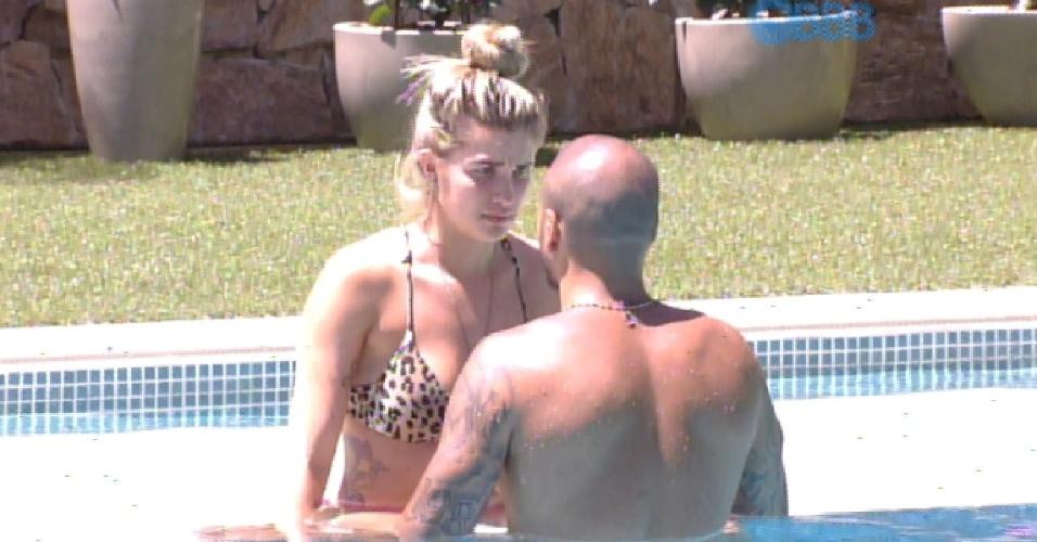 11.fev.2015 - Fernando e Aline curtem piscina juntos na manhã desta quarta-feira