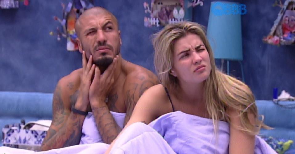 11.fev.2015 - Fernando e Aline são acordados pelo toque de despertar