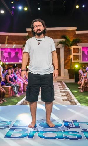 """11.fev.2015 - Marco deixa a casa do """"BBB15"""" sem sapatos e afirma ser homenagem para a Ordem das Carmelitas Descalças"""
