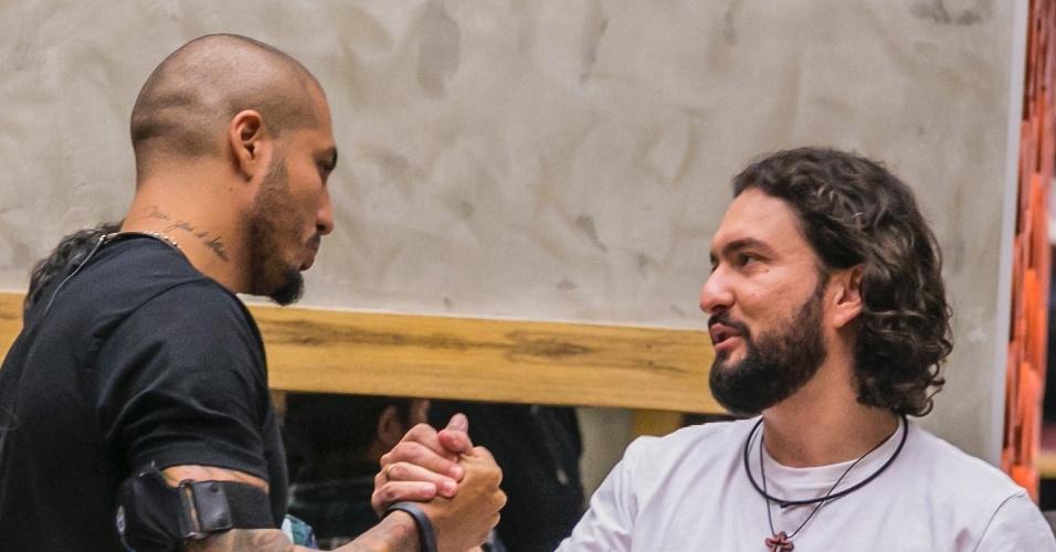 11.fev.2015 - Marco e Fernando se cumprimentam após anúncio da eliminação