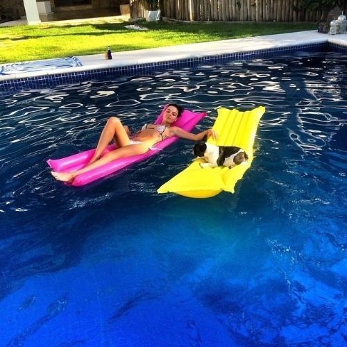 """11.fev.2015 - Olha só a mordomia de Abba, a buldogue francês da atriz Isis Valverde. Nesta quarta-feira de sol, ela curtiu uma piscina ao lado da dona, que está no ar como a Sandra de """"Boogie Oogie"""""""