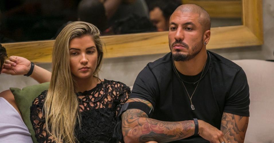 """11.fev.2015 - Sérios, Fernando e Aline aguardam a decisão do terceiro paredão do """"BBB15"""""""