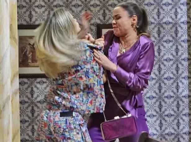Carlota (Giulia Gam) e Vitória (Bianca Bin) saem no tapa em plena igreja