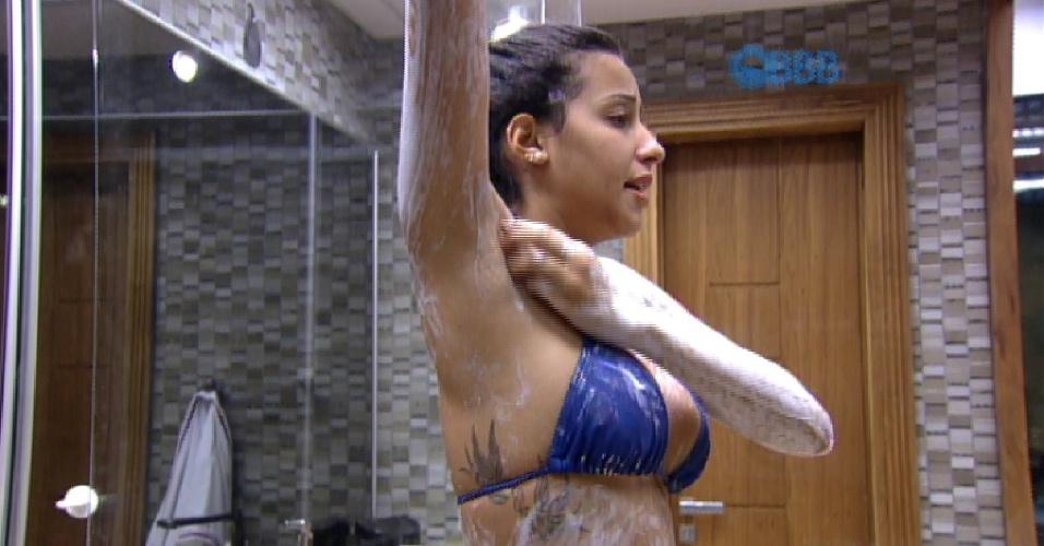 Durante o banho, Talita deixa sua tatuagem à mostra