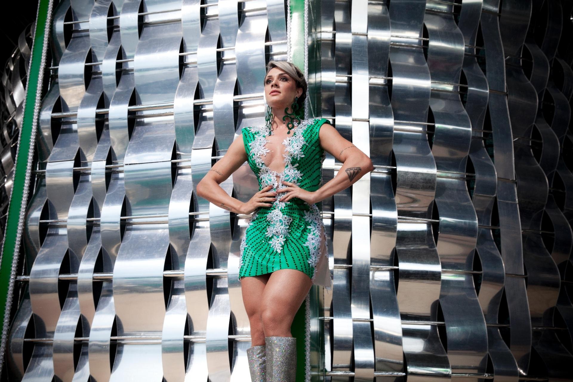Musa da Mancha há cinco anos, Juju Salimeni desfila em 2015 representando a escola mais uma vez. A modelo posou para o UOL nas alegorias que estão sendo preparadas para o desfile no Sambódromo do Anhembi, em São Paulo, que acontece na sexta-feira (13)