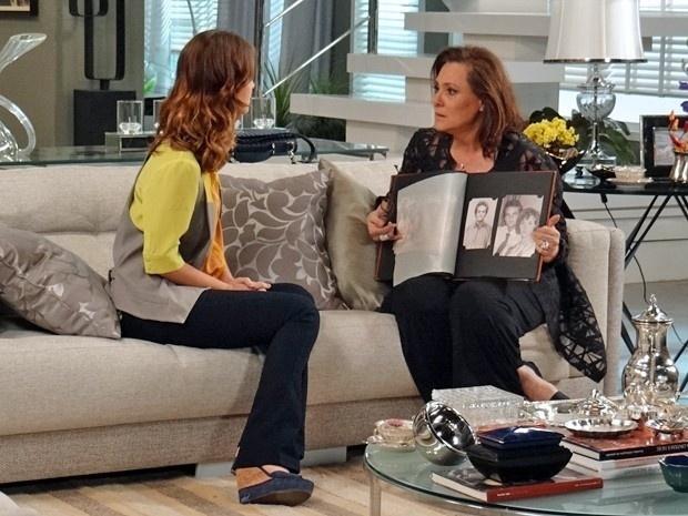 Tina (Elizabeth Savalla) conta a Laura (Nathalia Dill) a verdade sobre sua vida dupla em