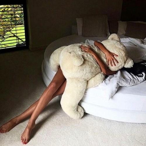 12.fev.2015 - A atriz Ísis Valverde posta foto no Instagram abraçando urso gigante. No post, ela reclamou da preguiça e marcou o perfil de seu fã-clube, @isisvalverdediva