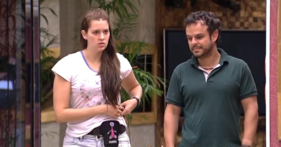 12.fev.2015 - Adrilles reclama de ausência de Tamires e sister vira os olhos