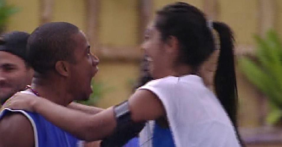 """12.fev.2015 - Amanda parabeniza Luan, que venceu a quarta prova do líder do """"BBB15"""""""