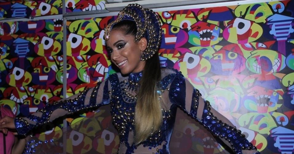 12.fev.2015 - Anitta produzida para o carnaval de Salvador, usando uma roupa confeccionada pela estilista Brenda Costa